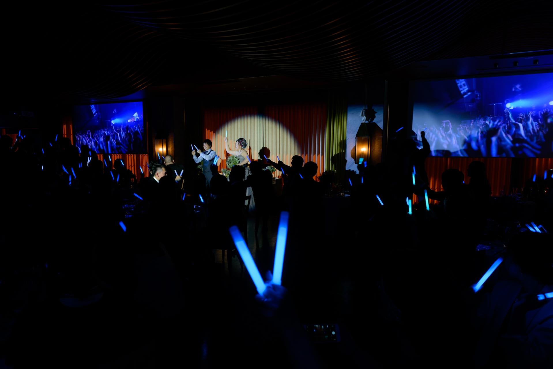みんなにペンライトが配られ会場が暗くなります\u2026 ライブ映像とともにおふたりが登場しおふたりの好きなロックバンドの曲とダンスで登場!